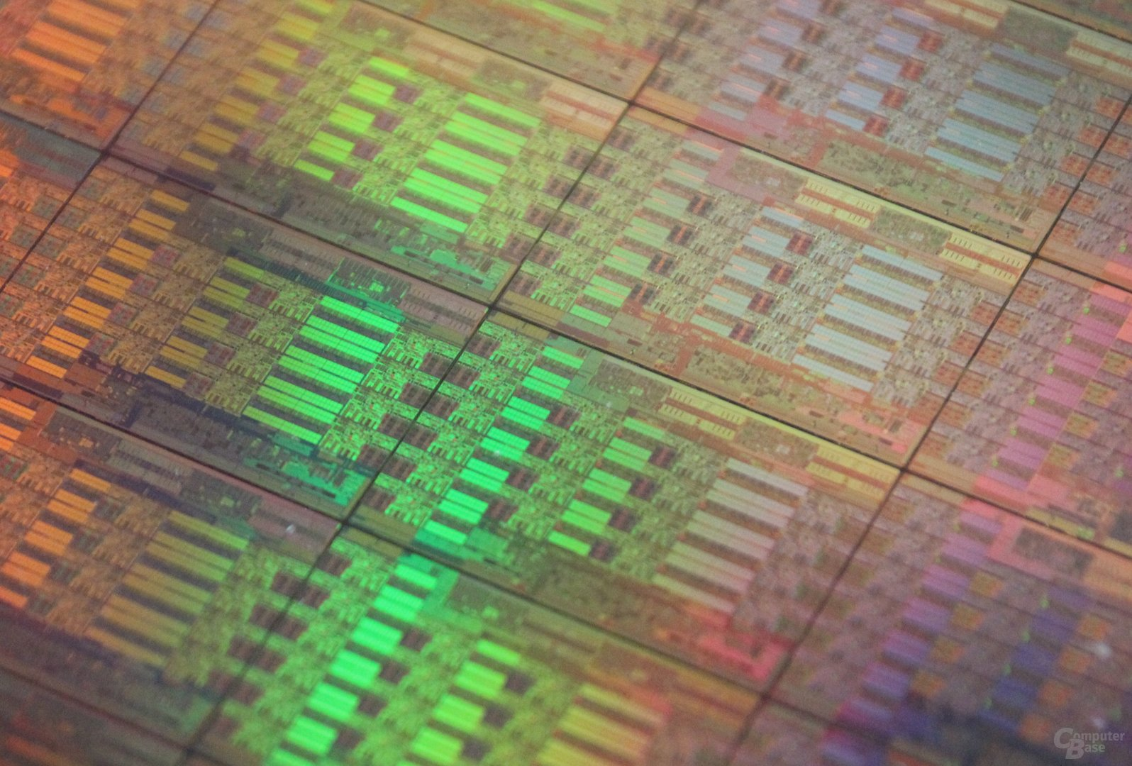 """Wafer mit Intels 18-Kern-Prozessor """"Haswell-EP"""""""