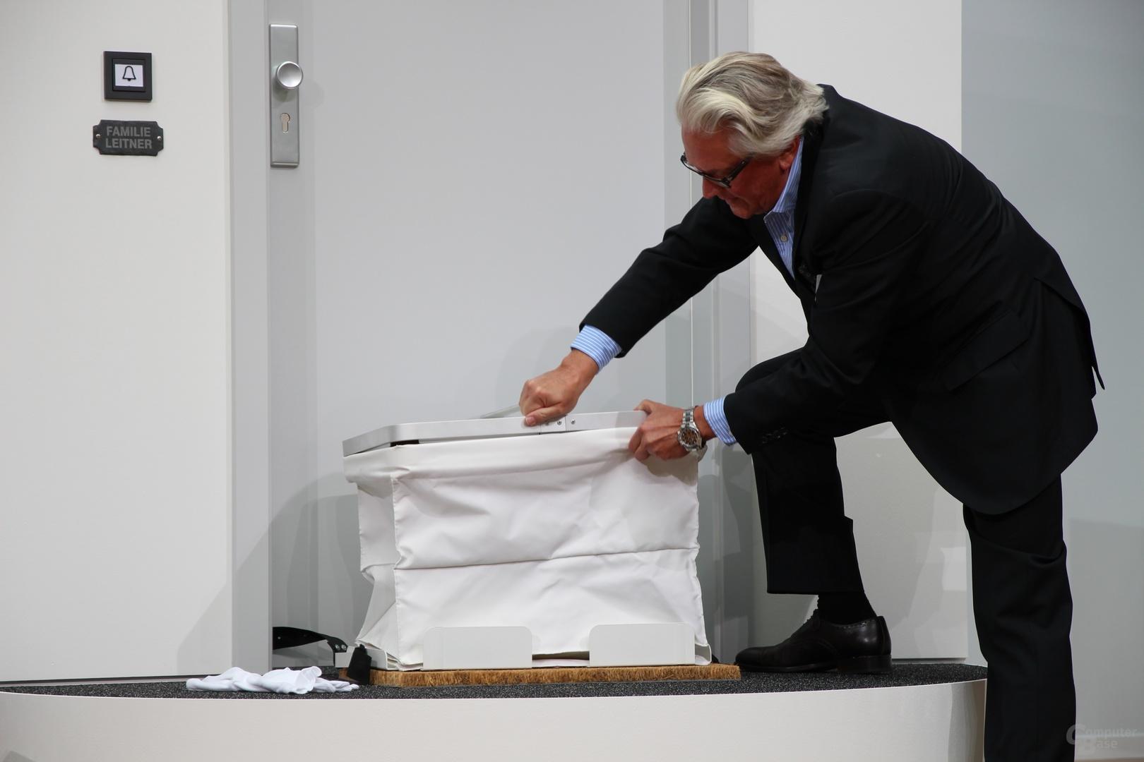 Dr. Reimer Hintzpeter demonstriert den PaketButler