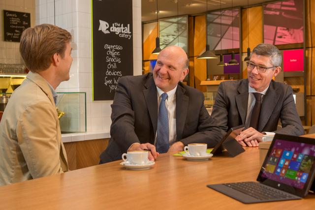Christian Illek und Steve Ballmer zur Eröffnung von Microsoft Berlin im November 2013