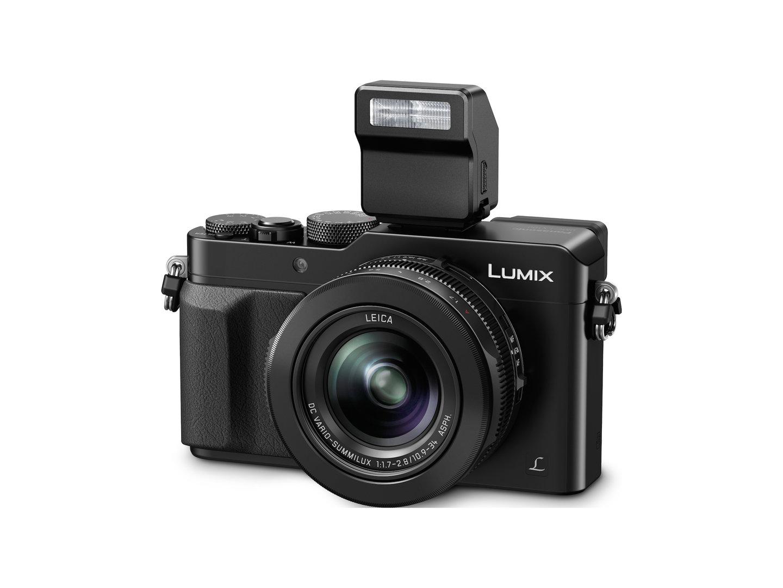 Panasonic Lumix LX100 mit aufgestecktem Blitz