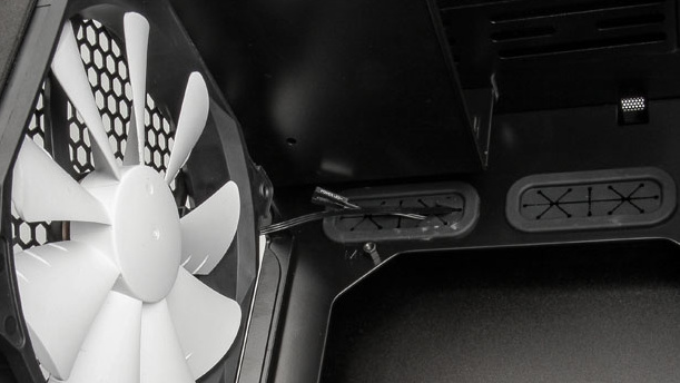 Enthoo Evolv: Phanteks Micro-ATX-Gehäuse trägt die Laufwerke hinten