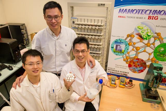 NTU Assoc. Prof. Chen Xiaodong mit Forschungsstipendiat Tang Yuxin und PhD Student Deng Jiyang