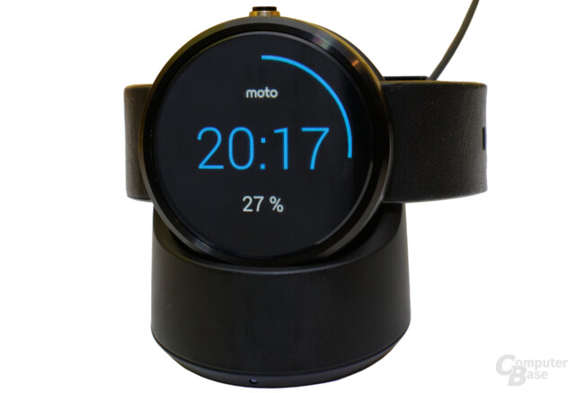 Motorola Moto 360 in der Ladestation
