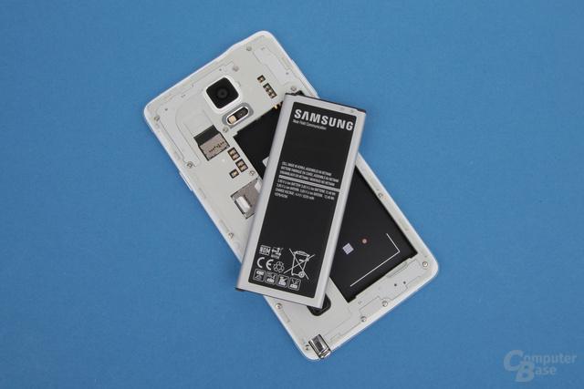 Typisch Samsung: Der Akku ist austauschbar, der 32-GB-Speicher per microSD erweiterbar