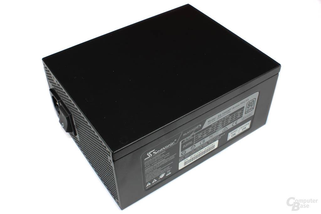 Sea Sonic Platinum P1200 – Typenschild auf der Seitenfläche