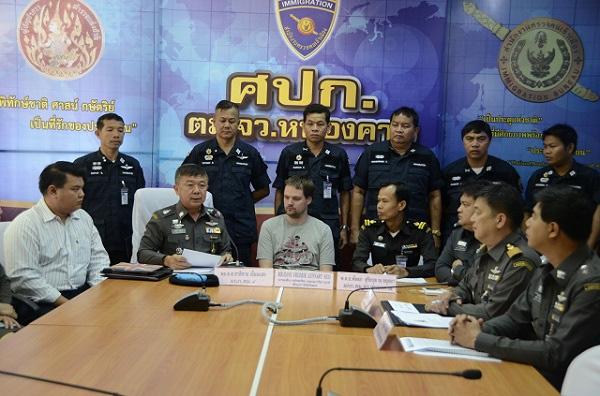 Fredrik Neij zwischen thailändischen Polizisten