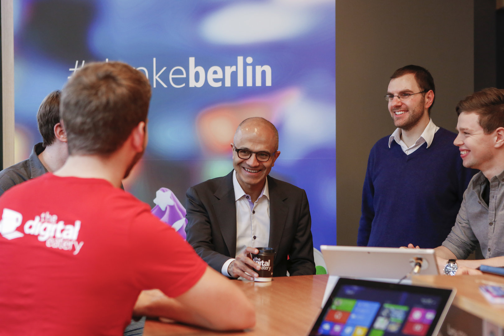 Nadella in der Digital Eatery von Microsoft in Berlin