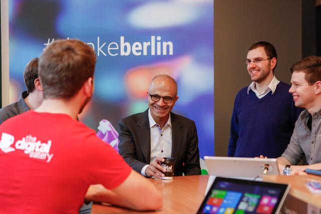 Nadella in der Digital Eatery von Microsoft in Berlin