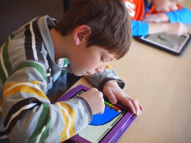 Schulkinder im Umgang mit Tablet-PCs