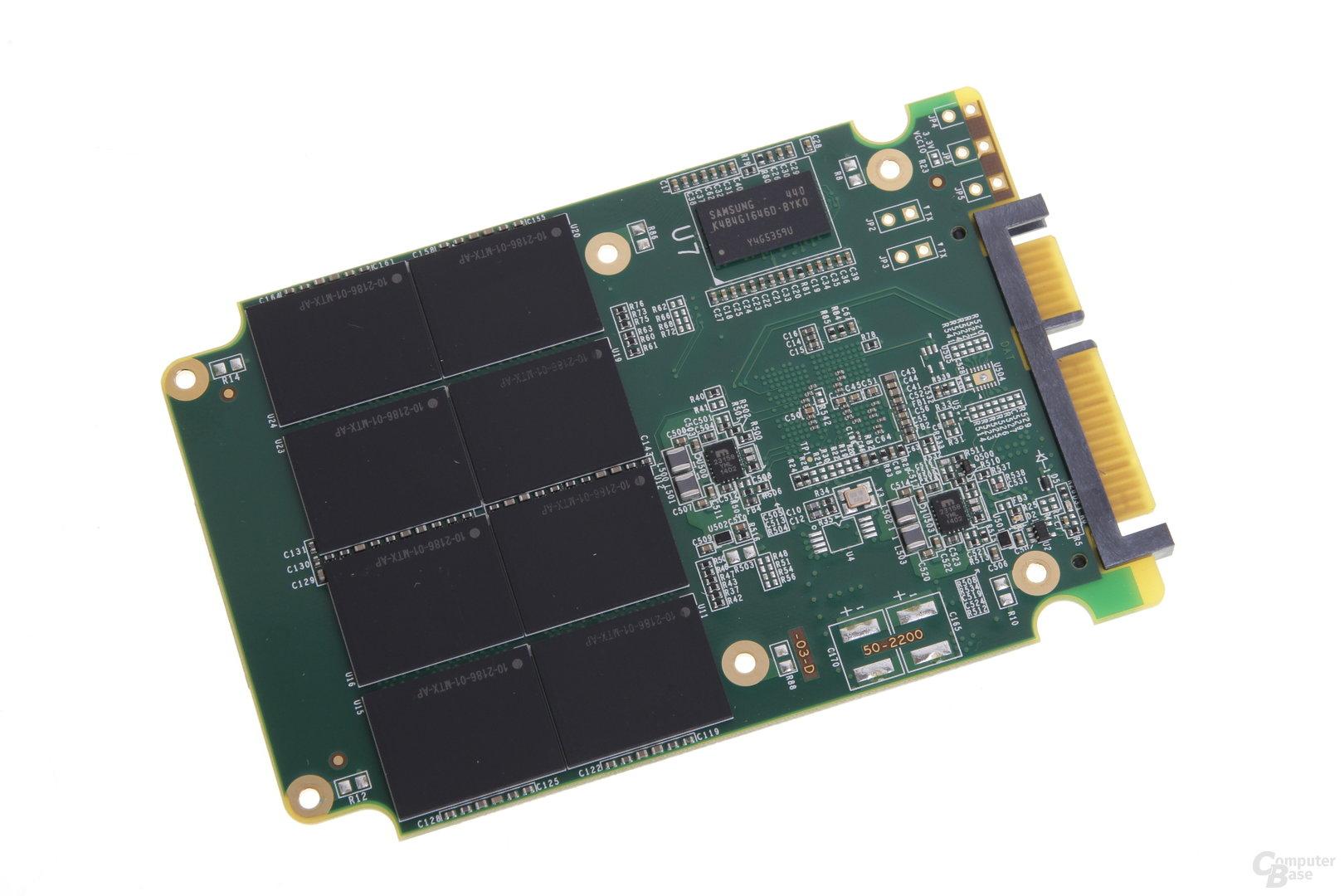 Eine Seite der Platine mit acht NAND-Chips und DRAM-Baustein...