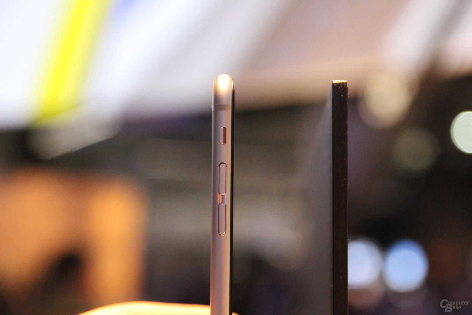 Sony X90C gegen iPhone 6 (auf gleicher Höhe und Tiefe gehalten)