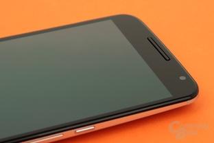 Typisch Nexus: Schwarze Front ohne Knöpfe, jetzt aber mit Stereo-Lautsprechern