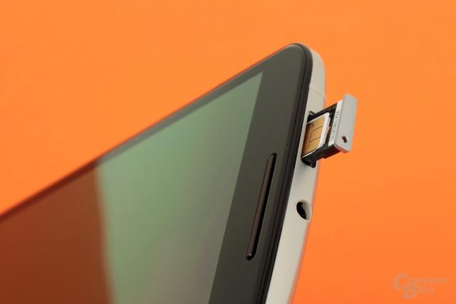 Die Nano-SIM-Karte wird in einen Schacht am Kopfende des Nexus 6 eingelegt