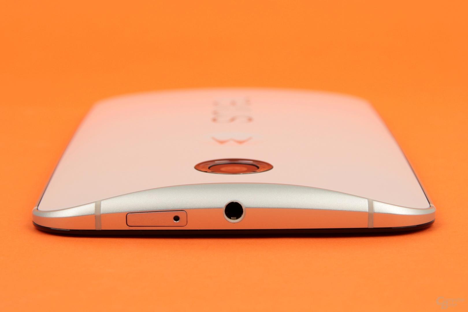 Die Rundung der Rückseite lässt das Nexus 6 gut in der Hand liegen