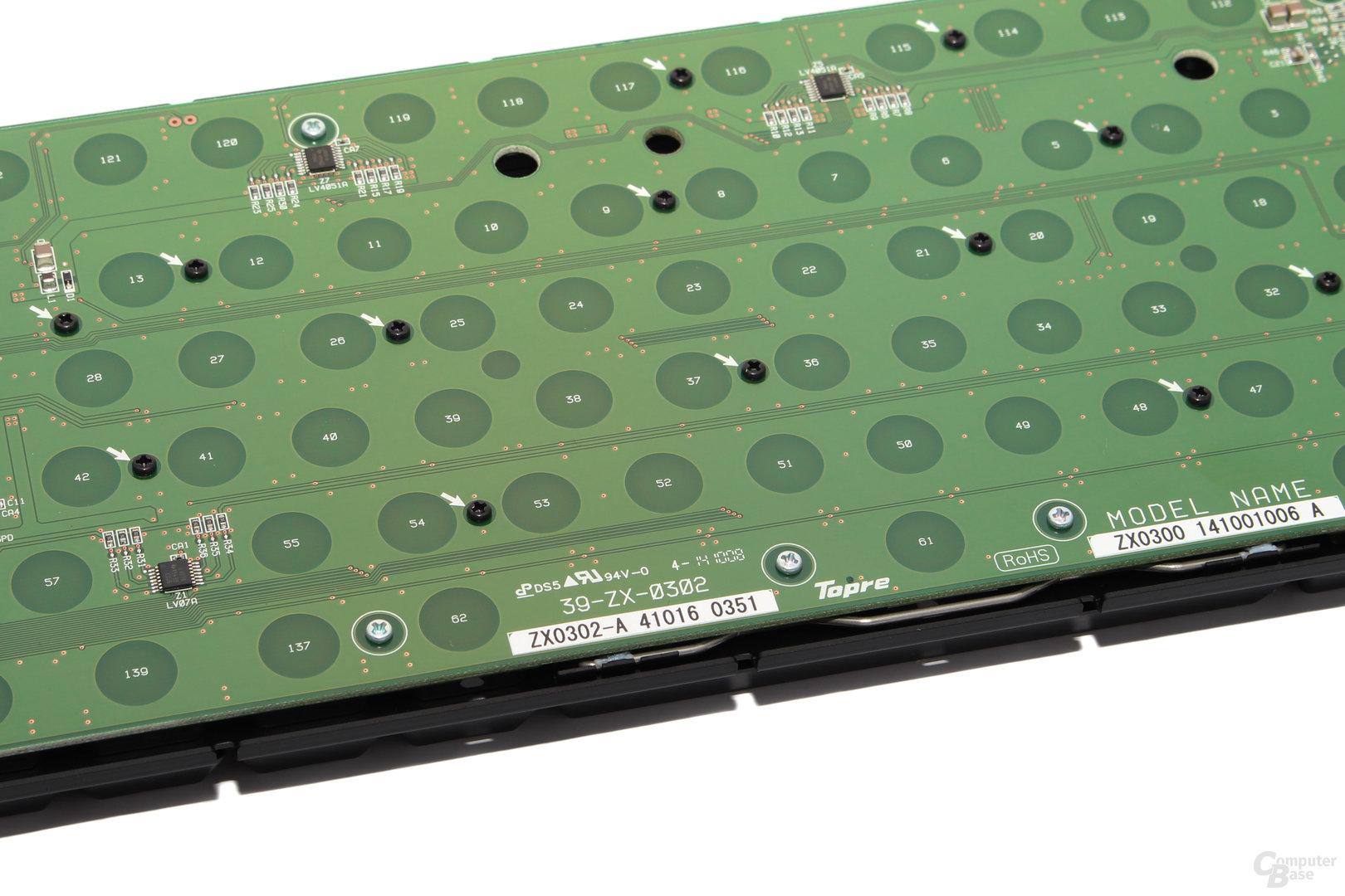 Unter anderem die fehlenden Lötpunkte der Schalter verraten die Topre-Taster