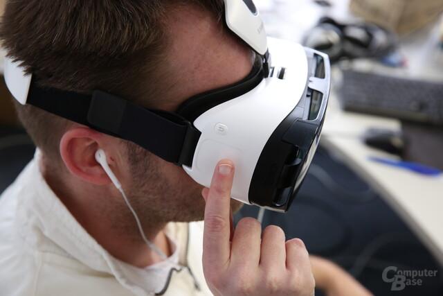 Die Steuerung des Gear VR erfolgt mittels seitlich angebrachtem Touchpad