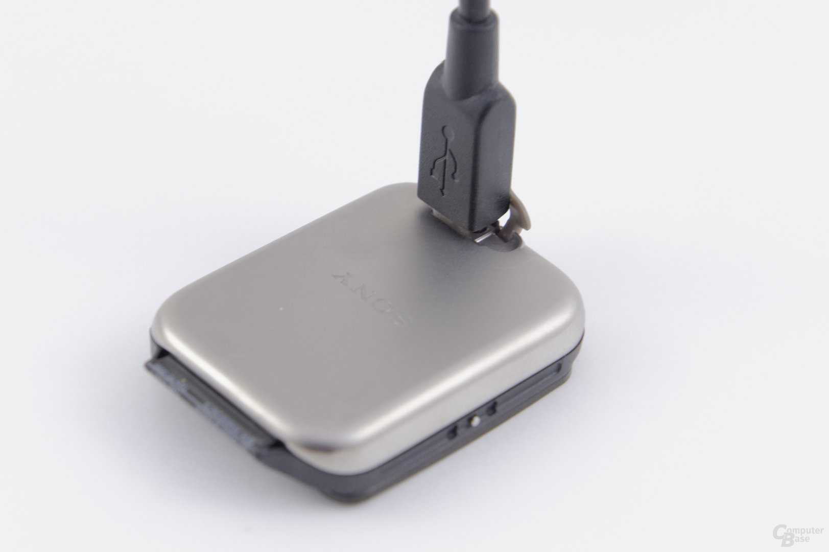Sony Smartwatch 3 – Fummliges Ladekonzept