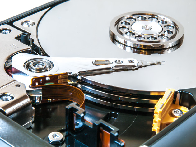 Schreib-/Lesekopf und Magnetscheiben einer HDD