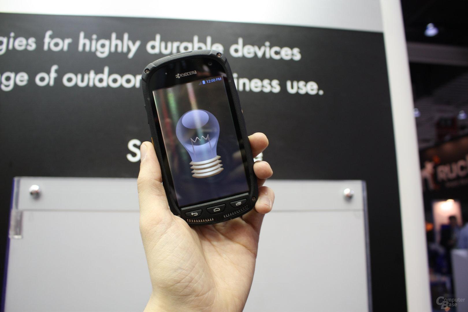 Prototyp des Kyocera-Smartphones mit Solarzellen unter dem Touchscreen