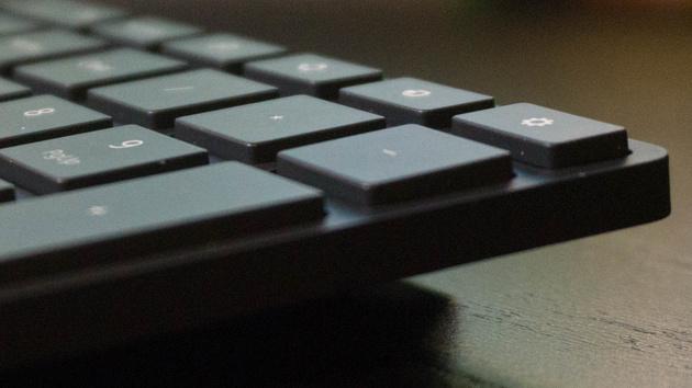 Designer Bluetooth Desktop: Flaches Tastatur-Maus-Bundle von Microsoft