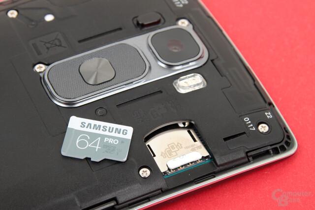 Das G Flex 2 nimmt Micro-SIM und microSD-Karten auf