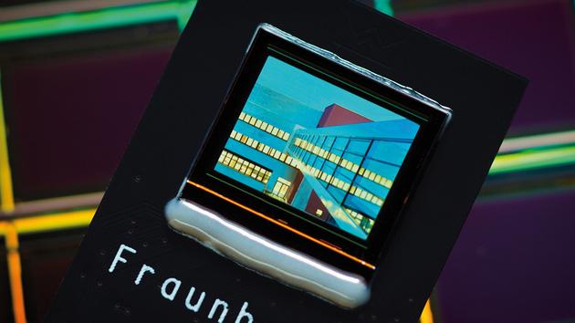 Wearables: Fraunhofer FEP entwickelt OLED-Display mit Augensteuerung