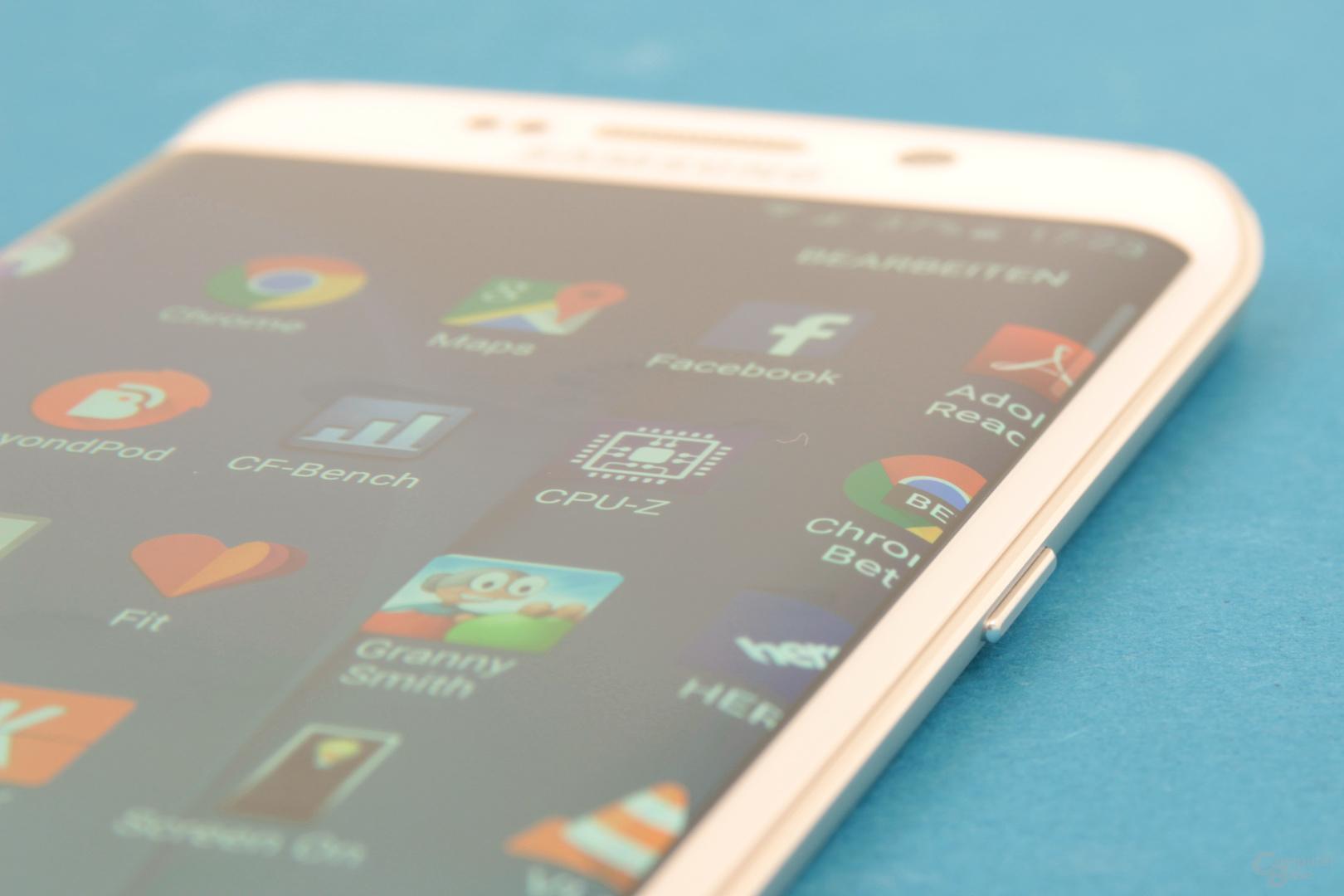 Display des Galaxy S6 edge mit sichtbarer Biegung