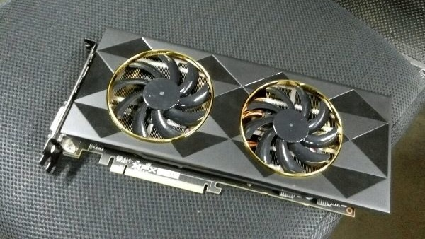 Radeon R9 390: AMDs Fiji Pro von XFX abgelichtet