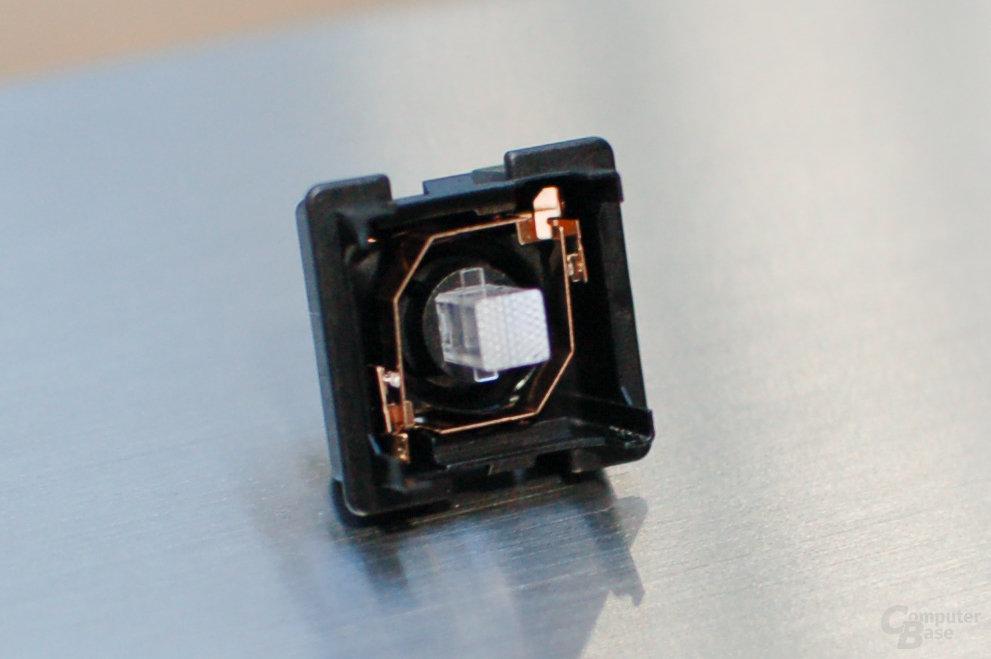 """Die LED sitzt auf dem PCB unterhalb des Tasters, der """"Light Shaft"""" verteilt das Licht"""