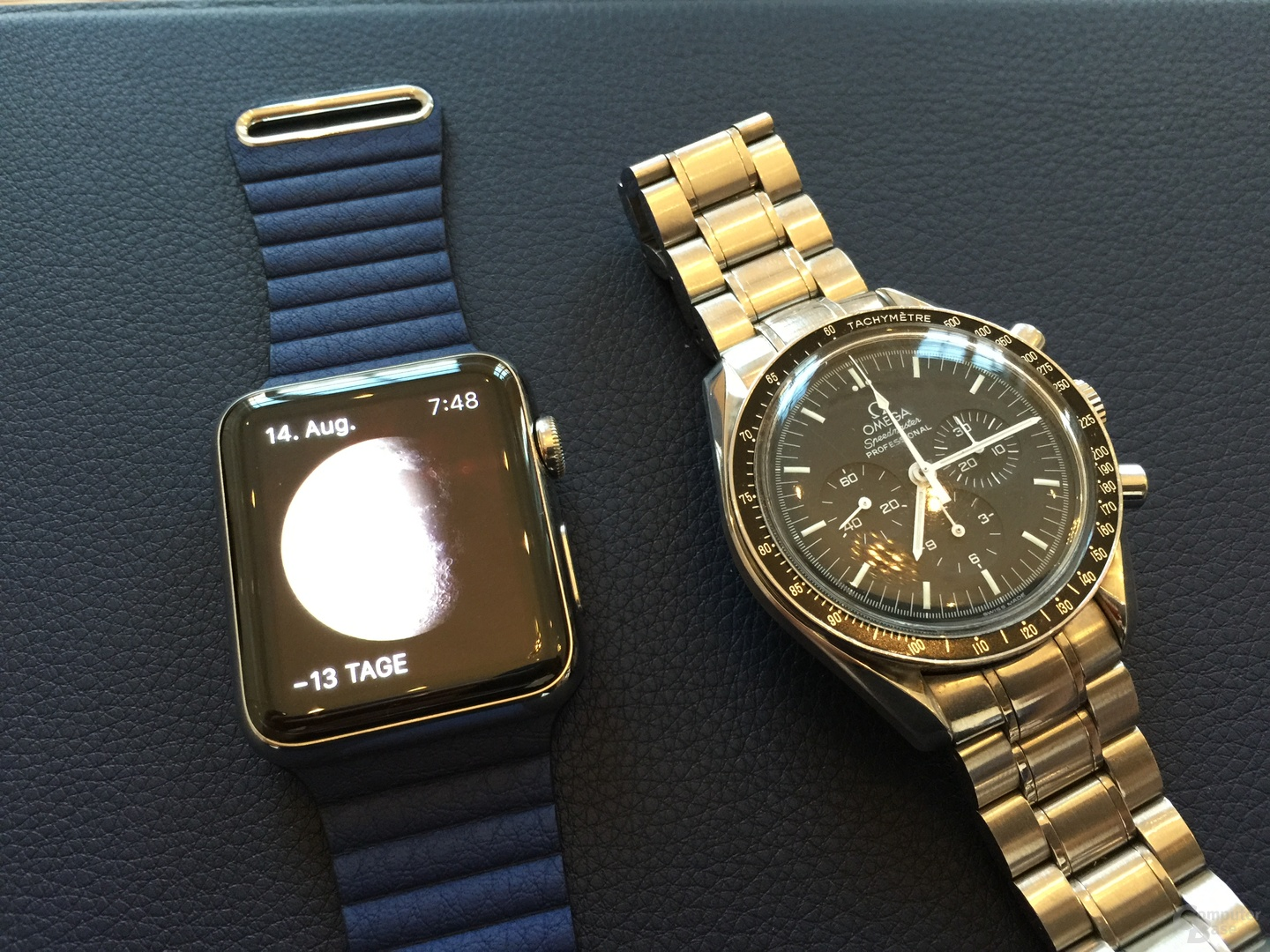 Apple Watch mit Loop-Lederarmband neben Omega Speedmaster Professional
