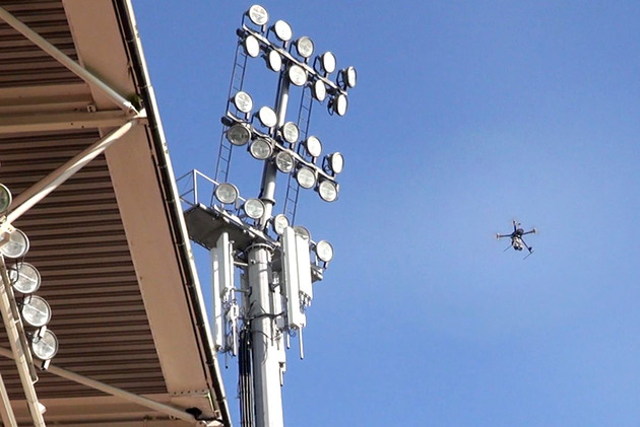 Drohne beim Wartungseinsatz im Stadion