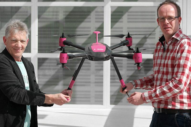 Cliff Sullivan (l.) und Jeffrey Leentjes von T-Mobile Netherlands mit einer der Drohnen