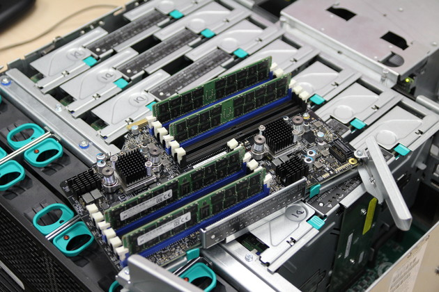 """Intel Xeon E7 v3 """"Haswell-EX"""" – Riser-Karten für Speicher"""