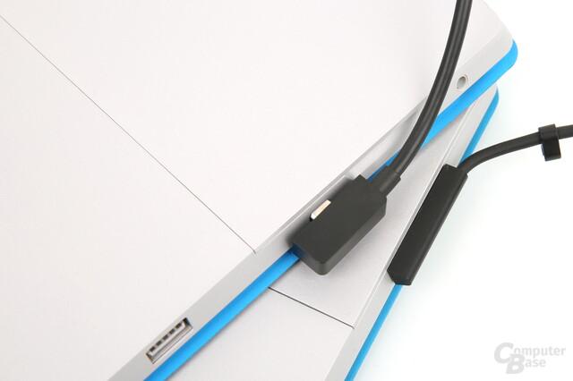 Das Ladekabel setzt auf Micro-USB, steht aber ab