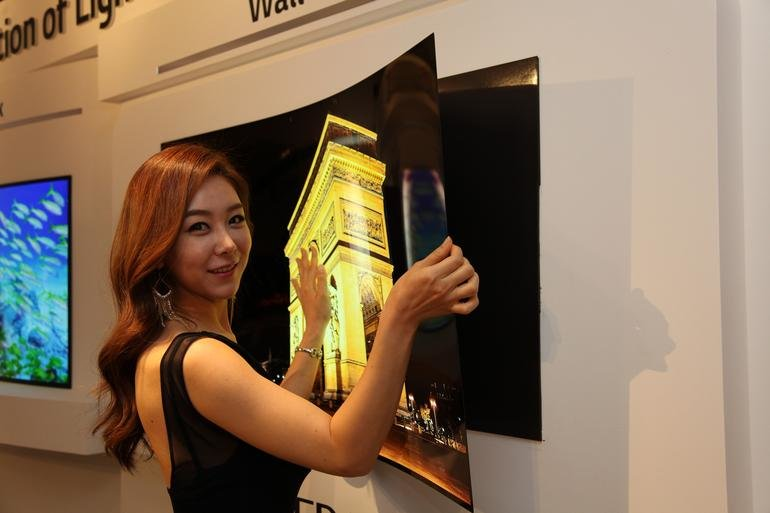 Das biegsame Display hält an einer Magnetmatte