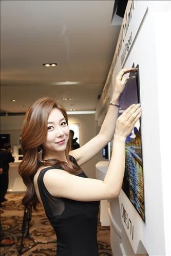 LGs OLED-Panel wie ein Poster an der Wand