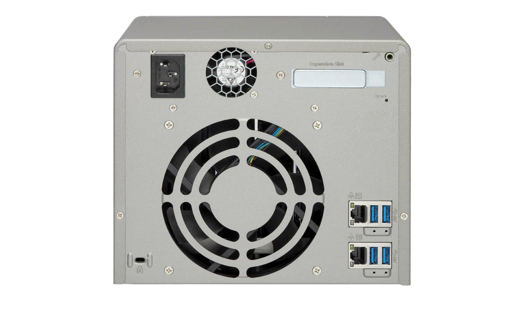 QNAP TS-563 – die Rückseite mit gleich 4 USB-3.0-Anschlüssen und 120-mm-Lüfter