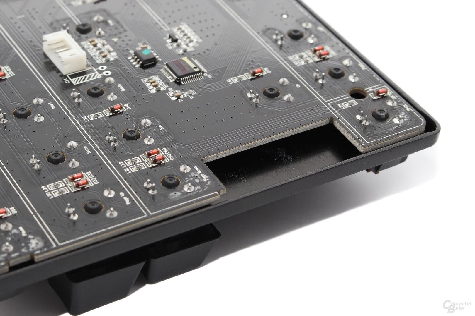 Die Taster sitzen nicht direkt auf dem PCB, sondern auf einer Aluminiumplatte