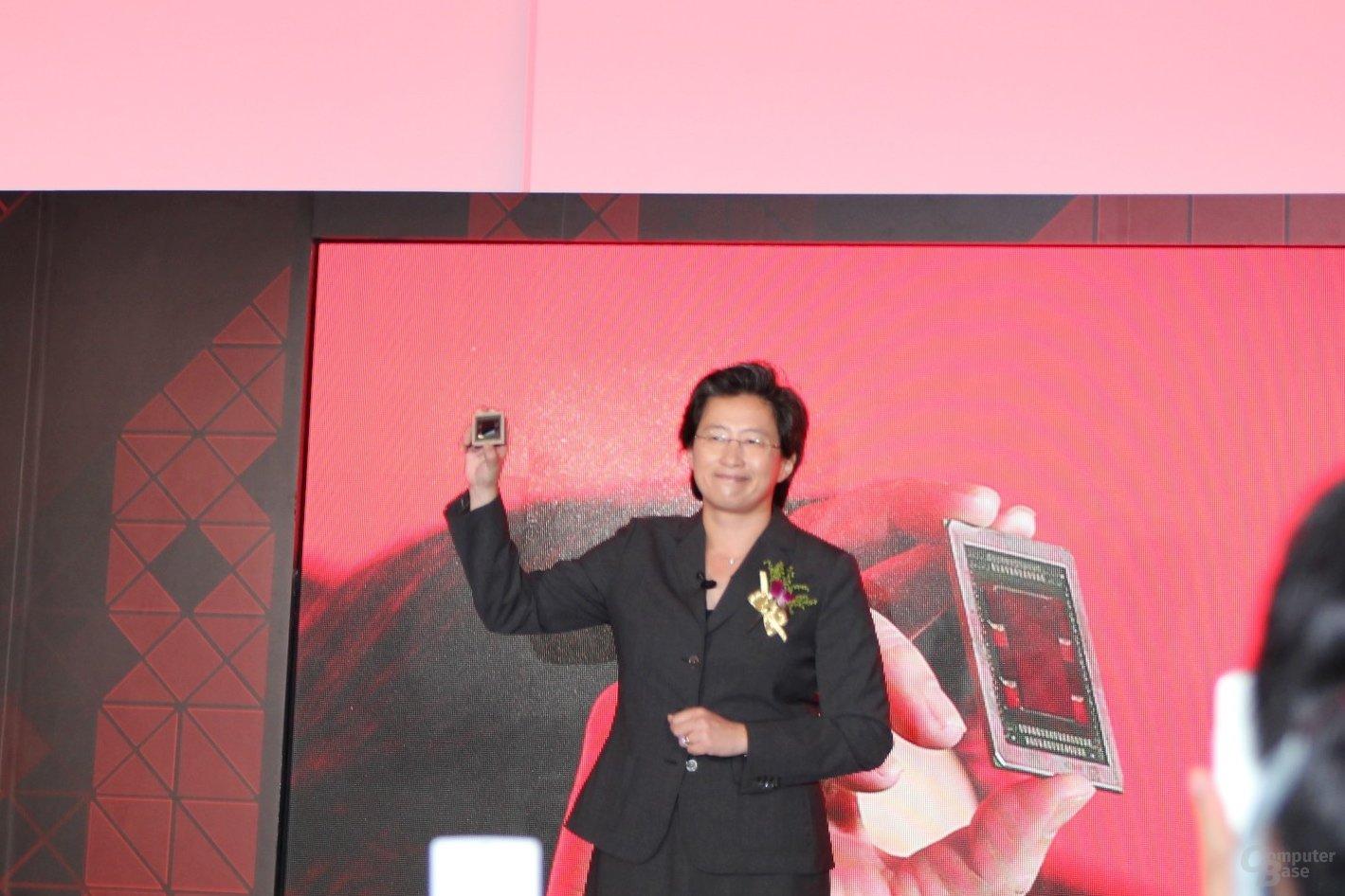 AMD-CEO Lisa Su mit der Fiji-GPU