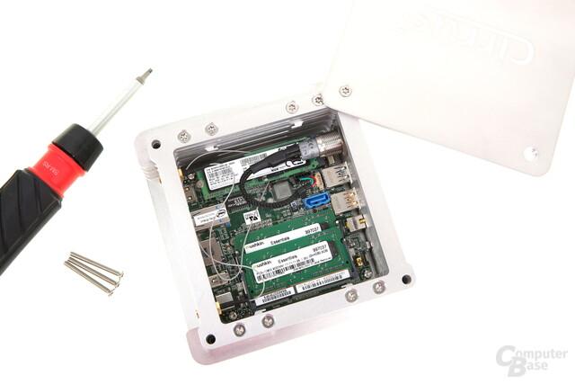 Deckel geöffnet – Zugang zu RAM und SSD