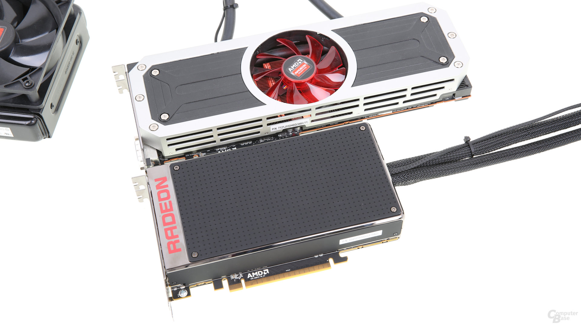AMD Radeon R9 Fury X (unten) und AMD Radeon R9 295X2 (oben)