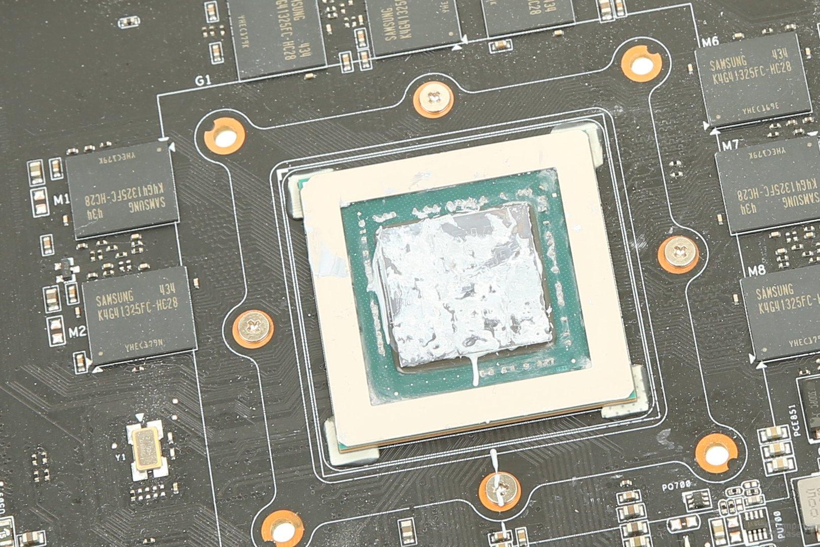 Wärmeleitpaste auf der GPU der Asus GeForce GTX 980 Matrix