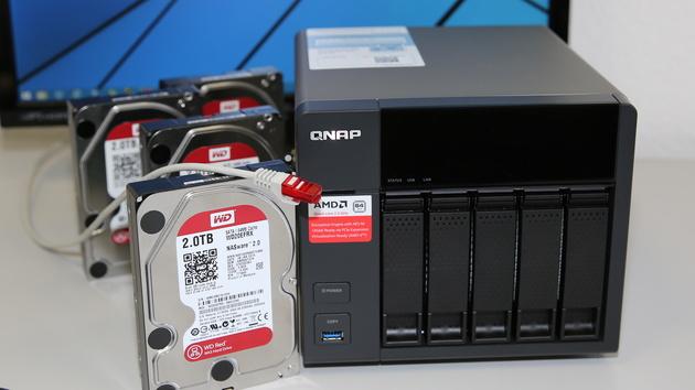 QNAP TS-563 + Synology DS1515+ im Test: High-End-NAS mit AMD-SoC gegen Intel und 4.000 Mbit/s