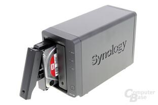Synology DS215+ – Geöffneter Laufwerkseinschub