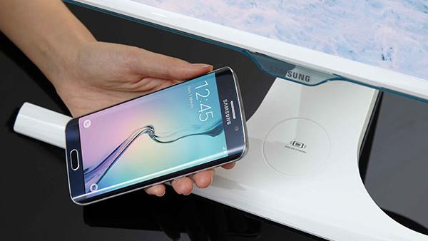 Samsung SE370: PLS-Monitor lädt Smartphones drahtlos mit Qi-Standard