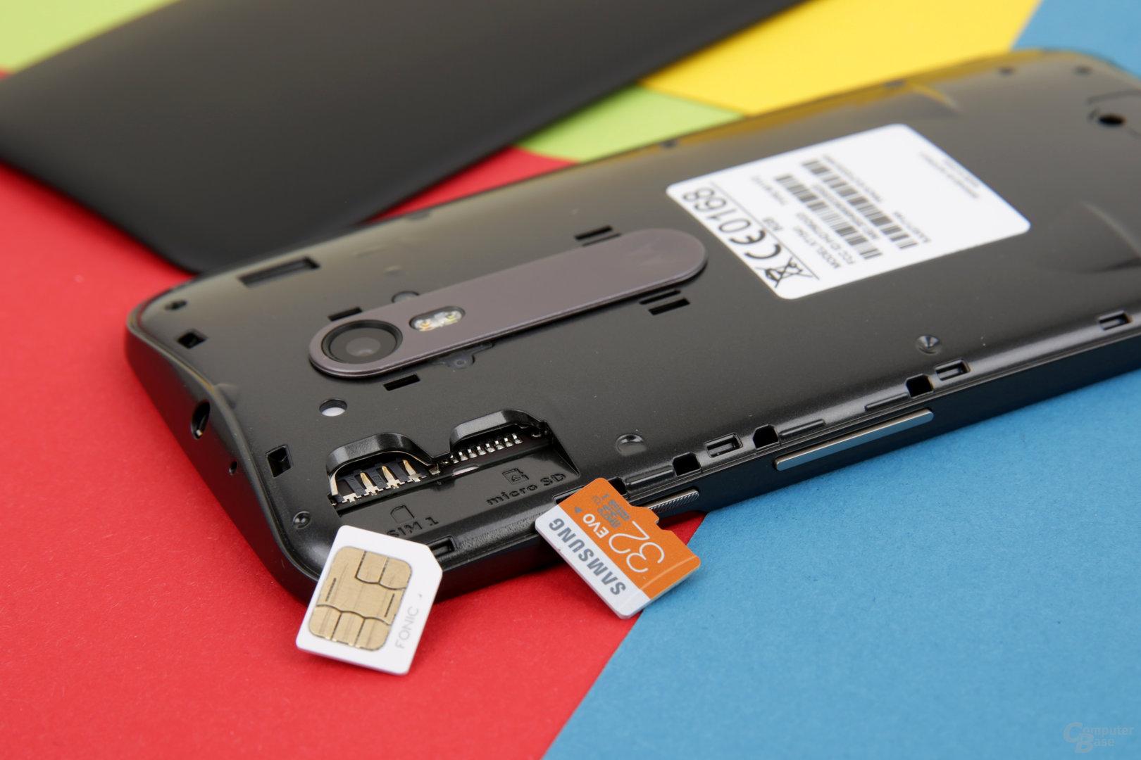 Fächer für Micro-SIM und microSD unter der Rückschale
