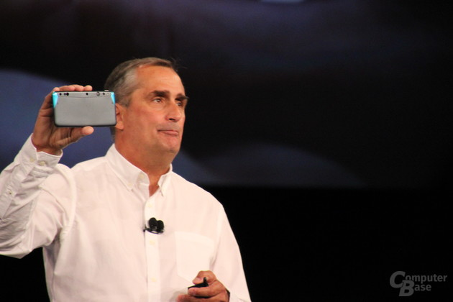 Intel-CEO Brian Krzanich zeigt RealSense-Kamera im Smartphone