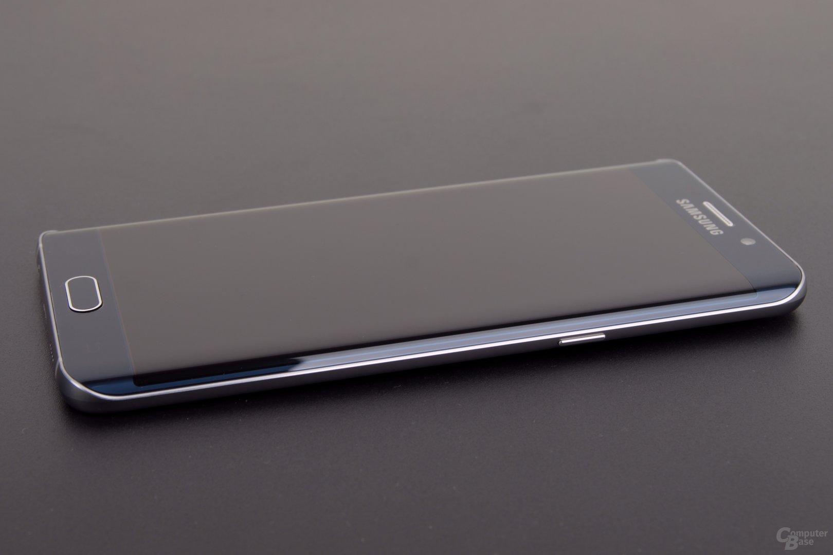 Das Design entspricht fast 1:1 das dem kleineren Galaxy S6 edge