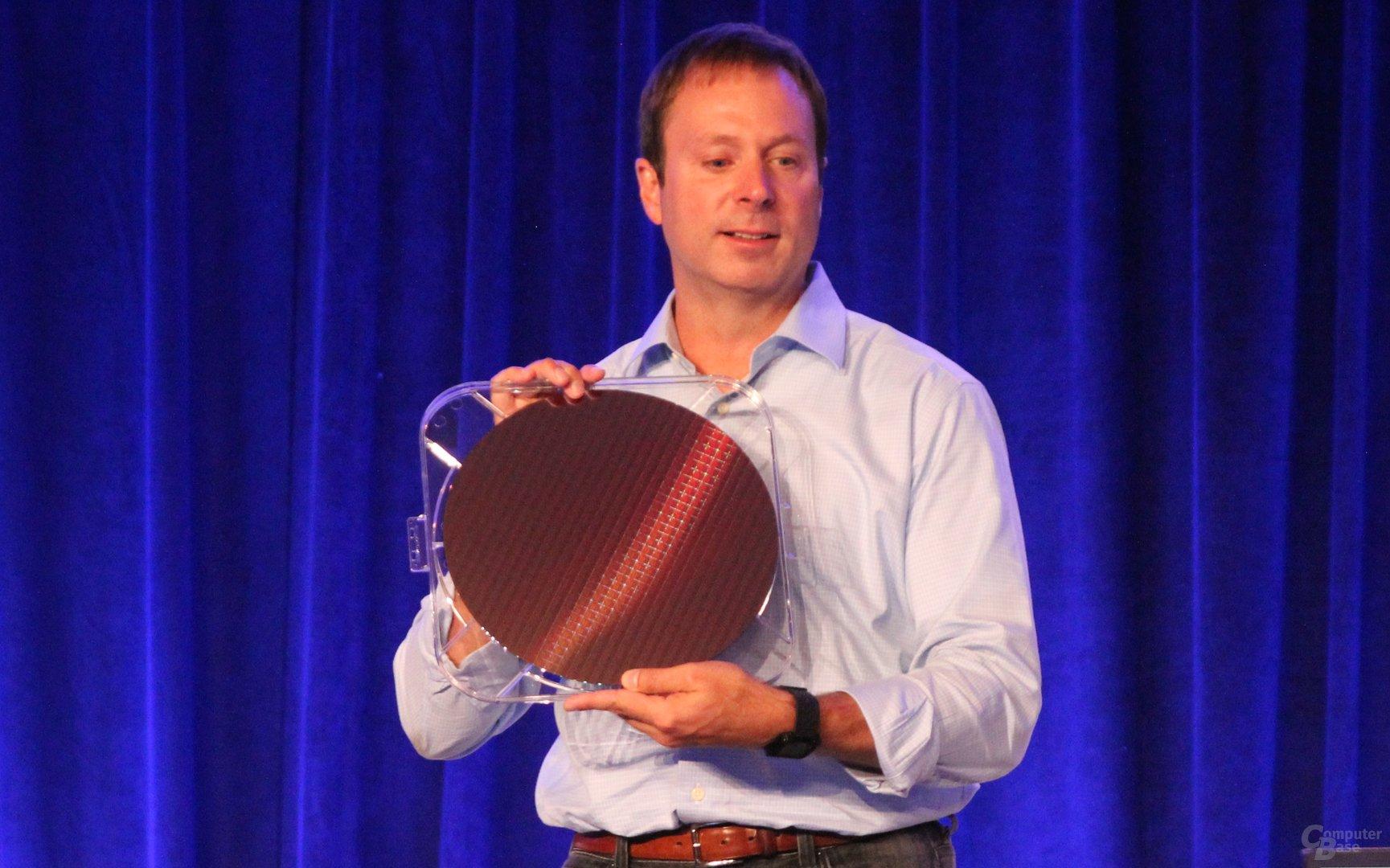 Kirk Skaugen, General Manager der Client Computing Group, mit Skylake-Wafer