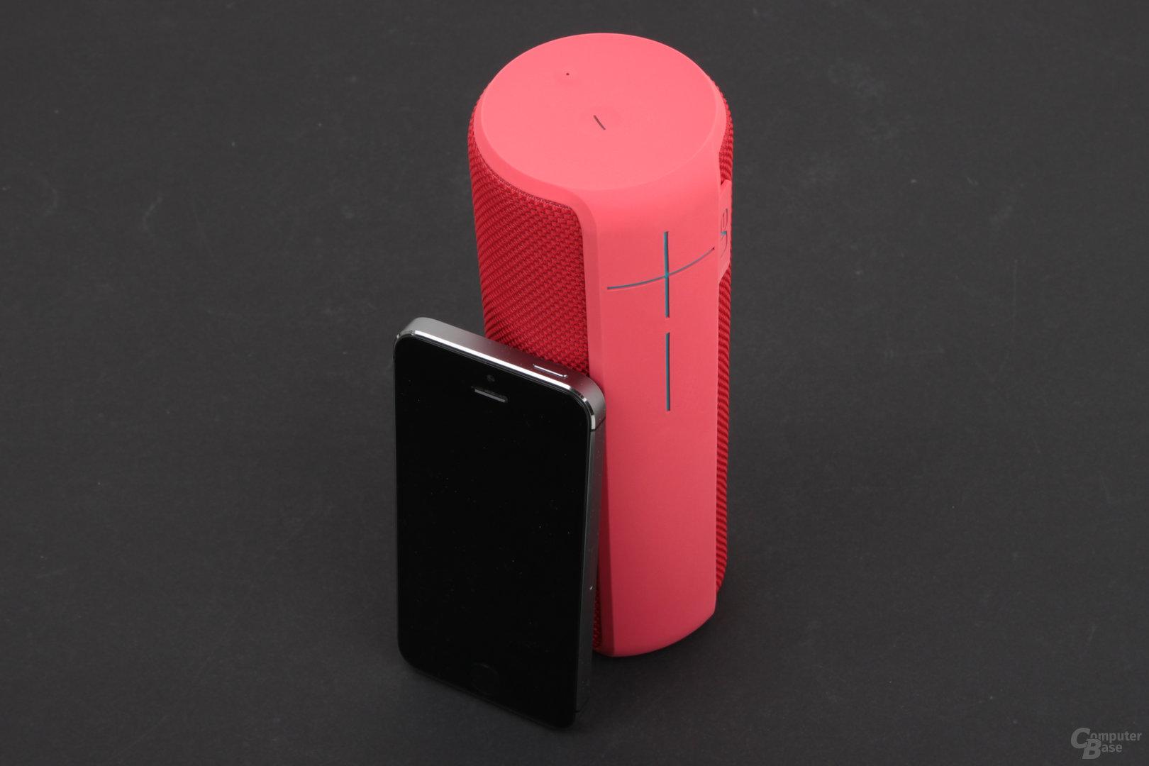 UE Boom 2 – Größenvergleich zum iPhone 5s